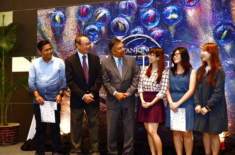 Tanjong PLC chairman Dato' Robert Cheim (second from left) and GCFO Gerard Nathan (third from left) in a group pose with first prize winners (from left) Muhammad Bin Abdullah (Print Making), Tham Yoke In (Oil/Acrylic), Yasmeen Cheong (Charcoal/Pencil/Ink) and See Poh Chen (Mixed Media).