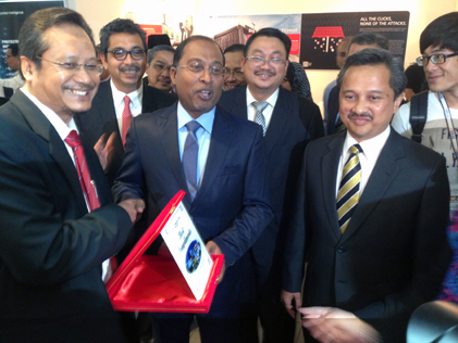 Technology Park Malaysia president/CEO Dato' Ir. Haji Azman Haji Shahidin (left) presenting a token of appreciation to Perak Menteri Besar Datuk Seri Dr Zambry Abdul Kadir at CSM-ACE 2014.