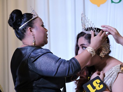Alice Adrianna being crowned Jumbo Queen 2014 by former 2013 Jumbo Queen Hazra Ghazaly