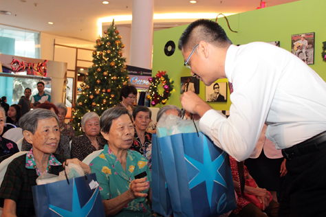 Azizul Hisham Ahmad hands out Christmas goodie bags to the senior citizens
