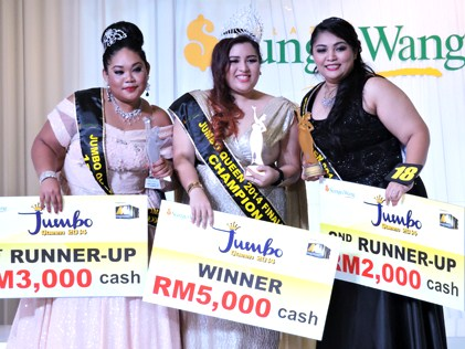 Jumbo Queen 2014 champion Alice Adrianna (centre) is flanked by first runner-up Siti Suhana (left) and second runner-up Yasmin Nurain (right).