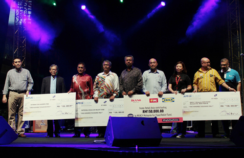 Generous donors from Ikano Retail Asia, LTAT and Boustead Holdings with their mock cheques totalling RM450k for flood victims