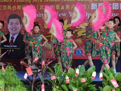 Chinese fan dance by school children