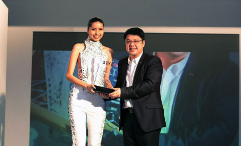 Best Female Model of the Year 2015 Eleen Yong Ee Leen receiving her award from William Grant & Sons marketing manager Jeremy Khaw
