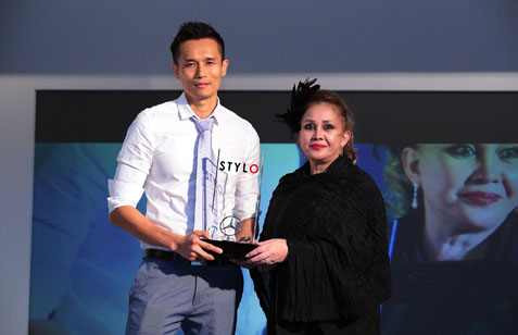 Best Male Model of the Year 2015 Nick Shoong Wai Hong receiving his award from Encorp Strand Mall head Datin Hjh Sabrina Laila