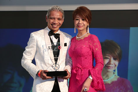 Bon Zainal receiving his award for Best Designer Showcase 2015 from A Cut Above founder and chief creative director Datin Winnie Loo