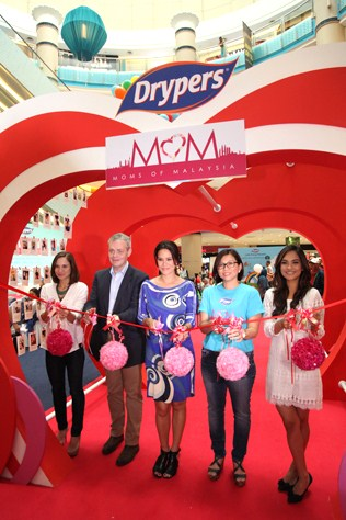 Drypers Moms of Malaysia campaign launch begin on April 23, 2015 with the ribbon-cutting ceremony. From left Aishah Sinclair, Tony Sperrin, Elaine Daly, Evelyn Chan and Dr Jezamine Lim Iskander.