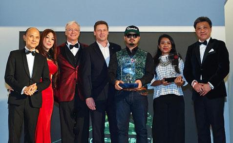 (L-R) Datuk Jimmy Choo, Datuk Nancy Yeoh, Roland Folger, Bernd Maylander, Best Designer of the Year 2015 Fairuz Ramdan, Emerging Designer of the Year 2015 Norsyahira  Khairudin and Datuk Seri Wong Chun Wai
