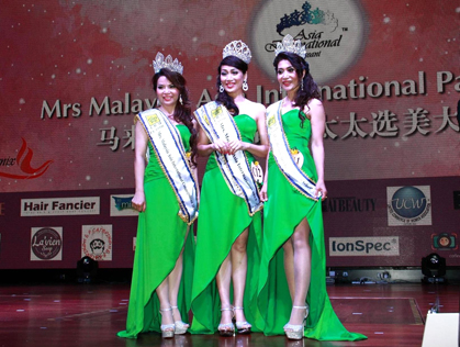 Mrs Malaysia Asia International 2015 (Classic category) winner Joanne Lou Kuang Fong (centre) is flanked by first runner-up Vivienne Kong Yuk Ing (left) and second runner-up Stella Lim Ah Ting (right)
