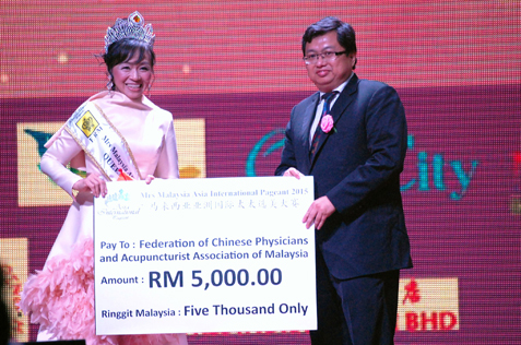 Mrs Malaysia Asia International 2015 donates to Federation of Chinese Physicians and Acupuncturist Association of Malaysia.