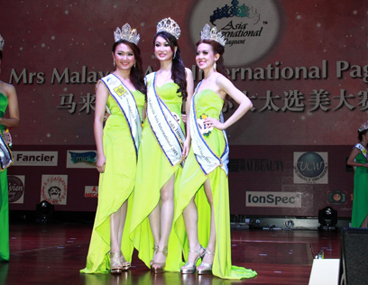 Mrs Malaysia Asia International 2015 winner Cynthia Yee Hui Leng (centre) is flanked by first runner-up Iris Lee Pei Sun (left) and second runner-up Pam Lee Wen Ai (right)