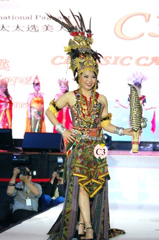 Mrs Malaysia Asia Intl 2015 finalist (Classic) Vivienne Kong Yuk Ing - Best in Traditional Wear