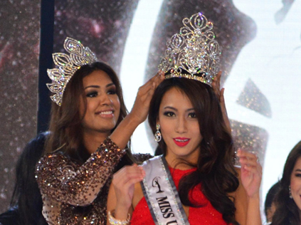 Vanessa Tevi, the next Miss Universe Malaysia 2015 getting crowned by last year's Miss Universe Malaysia 2014 Sabrina Beneett