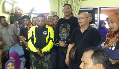 bout 20 members from three motorcycle clubs visited the deceased's family in Taman Batu Muda, Batu Caves.