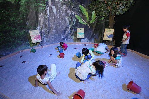 Children excavating for fossils at the Dinoscovery sand pit