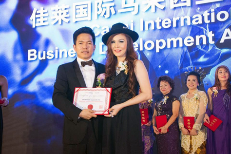 Cima Xiong Feng presenting the title of Business Development Ambassador award to Karen Tan