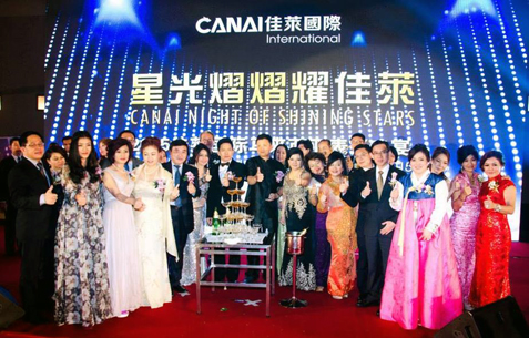 Cima Xiong Feng (seventh from left) and his elite team give the thumbs up after a successful night of shining stars at the Canai International Malaysia Gala Dinner 2015