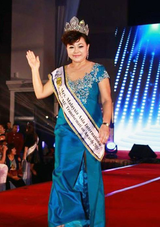 He&ME Ambassador Suzanne Wong Ching Biae waving to the crowd with her He&ME Transformation Award sash  she had won during the Mrs Malaysia Asia International 2015 finals pageant last April