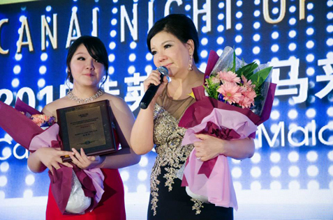 Rebecca Low  giving her speech after receiving the Senior Business Director Awards. Beside her is her daughter.