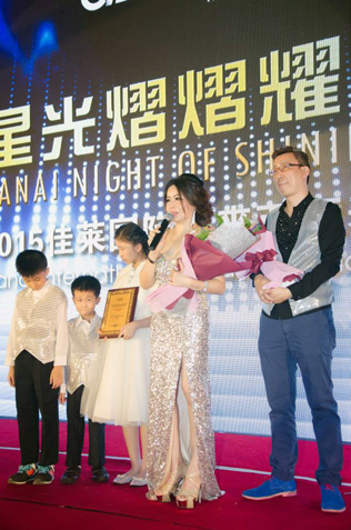 Shirley Eng (left) and Low Chean Yun (right) receiving the Senior Business Director Awards
