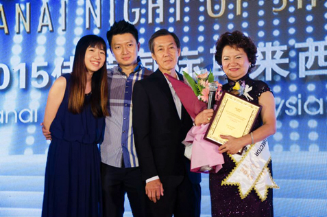 Yap Ai Liew received the Senior Business Director Award. Beside her is her husband and children