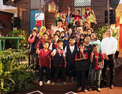 18 underprivileged children from Rumah Titian Kasih, Kuala Lumpur were treated to a special Raya outing by eCurve at its premises.
