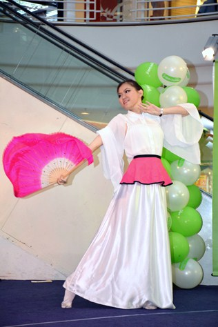 Angelia Lim performs a Chinese fan dance