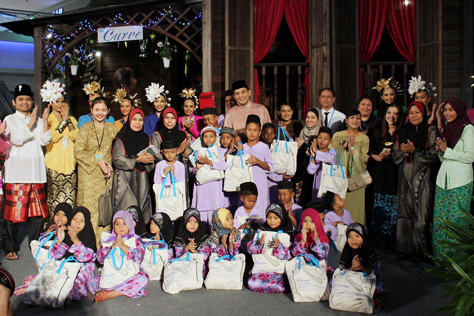 Children from Rumah Perlindungan Al Nasuha and their caretakers posing for a group photo with the Curve management team and performers.