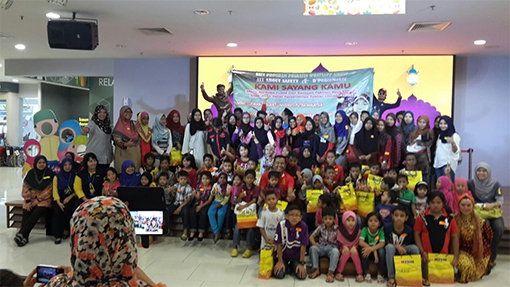 Group photo – children with their goodie bags