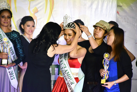 Janice Tan being crowed Miss KL Earth 2015