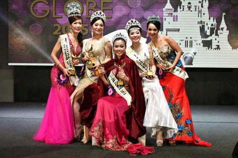 Newly crowned Mrs Malaysia Globe 2015 Joanne Lye (centre) is flanked by (L-R) 4th runner-up Lau Kit Mun, 2nd runner-up Emily Tang, 1st runner-up Connie Ng and 3rd runner-up Feniyy Wong