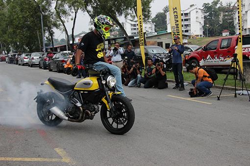 Scrambler Ducati Icon Stunt Show