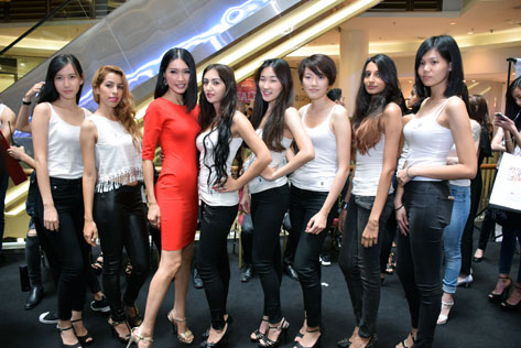 Amber Chia posing with Malaysia Supermodel Search 2015 hopefuls