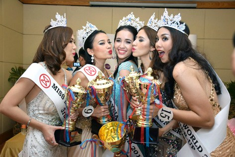 Miss Malaysia World 2015 Brynn Zalina Lovett (centre) gets congratulatory kisses from runner-ups (L-R) Catherine Chow, Serene Chai, Melinda Lee and Natasha Aprillia.