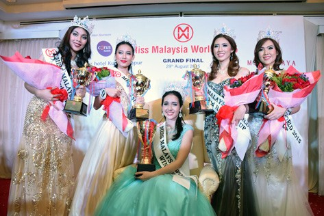 Miss Malaysia World 2015 Brynn Zalina Lovett (sitting), flanked by (L-R) Natasha Aprillia (4th runner-up), Serene Chai (1st runner-up), Melinda Lee (2nd runner-up) and Catherine Chow (3rd runner-up).