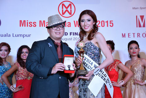 Miss Social Media Queen Melinda Lee Chen Lingpresented by Like Media CEO Brian Lee.