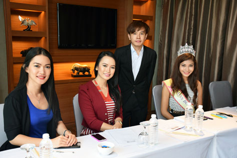 Miss West Malaysia Kebaya founder and deputy director Jackson Tan with audition judges (L-R) Christina Dana Paulus, Elssey Lessianna and Miss Borneo Kebaya 2015 Sonia Naidu