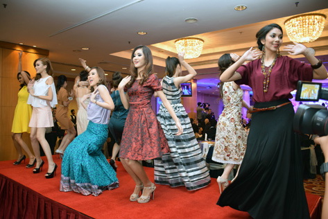Opening show by Miss Malaysia World 2015 finalists in Metrojaya outfits
