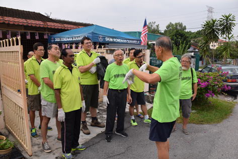 A briefing for participants before the gotong royong rollout