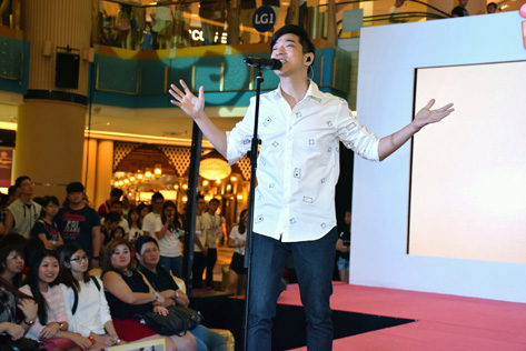American-born Taiwanese singer and songwriter Wang Da Wen beltign out his hit songs