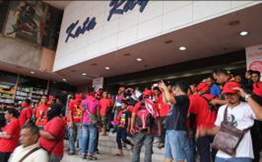 A commotion broke out at the entrance of the Kota Raya shopping complex at about 4.15pm