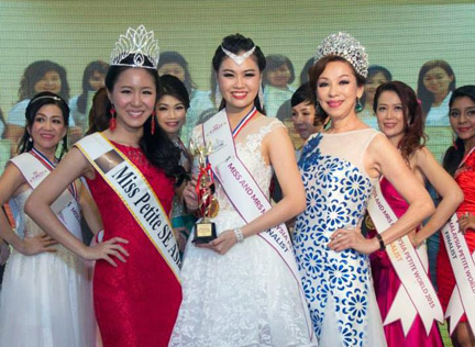 Audrey Lee received her Best Performance Award (Miss category)
