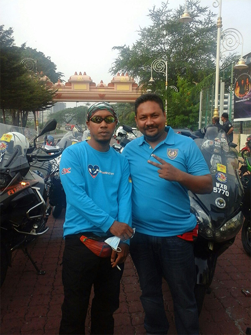 Fezrizal Aziz (right) of NCPNA and Rashidi (left) from the Gombak Bikers Club