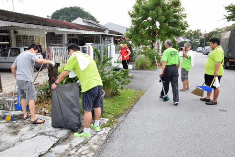 Gotong royong cleaning up the streets of Taman Paramount