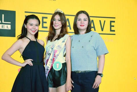 I Fee Girl Search 2015 winner Boo Sze Teng (centre) in a pose with last year's winner Sherlyn Seo (left) and Abby Wong (right).