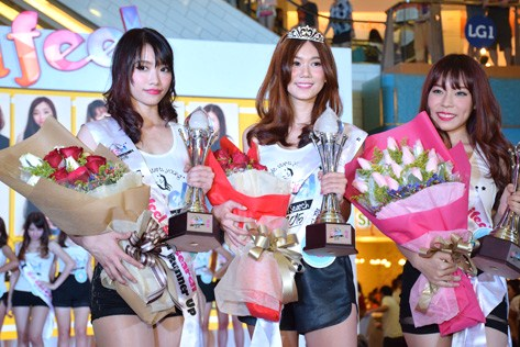 I Feel Girl Search 2015 winner Boo Sze Teng (centre) is flanked by first runner-up Joleen Heng (right) and second runner-up  Elise Chan (left)