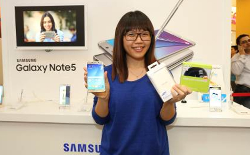 Melody Lee, first customer and proud owner of two new Samsung Galaxy Note5