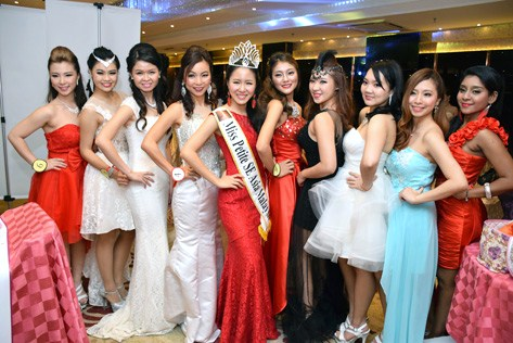 Miss Petite SE Asia Malaysia 2013 Cherie Lian Shueh-Yi pose with contestants of Miss Malaysia Petite World 2015