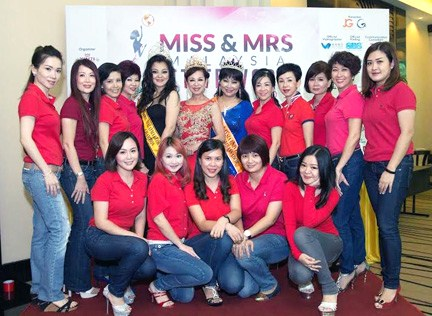Mrs Malaysia Petite World 2015 contestants pose with pageant organsier Madam Lim, Look Kah Hui and Jane Bee