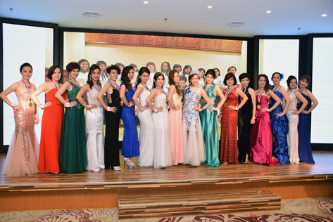 Pageant organiser Madam Lim Siew Cheng (10th from left) pose with finalists of Mrs Malaysia Petite World 2015